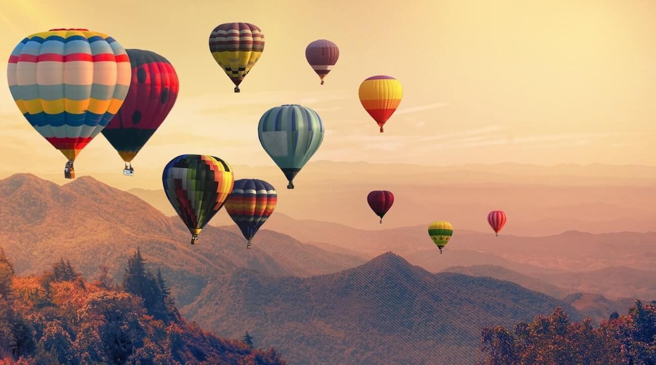 Globos aerostáticos volando sobre el cielo